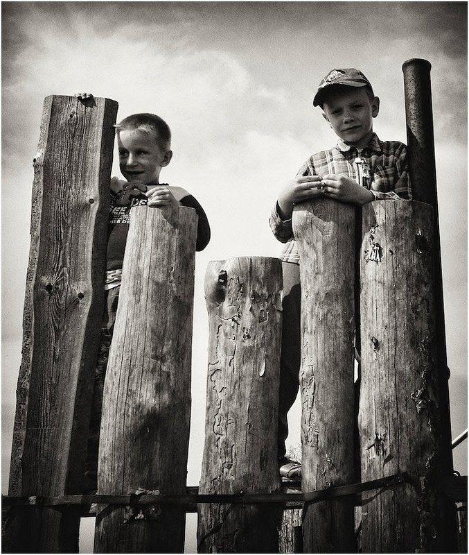 деревня, забор, пацаны пацаныphoto preview