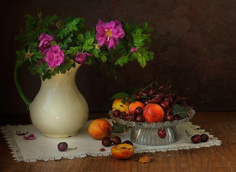 шиповник, фрукты, черешня, нектарины, кувшин ***photo preview