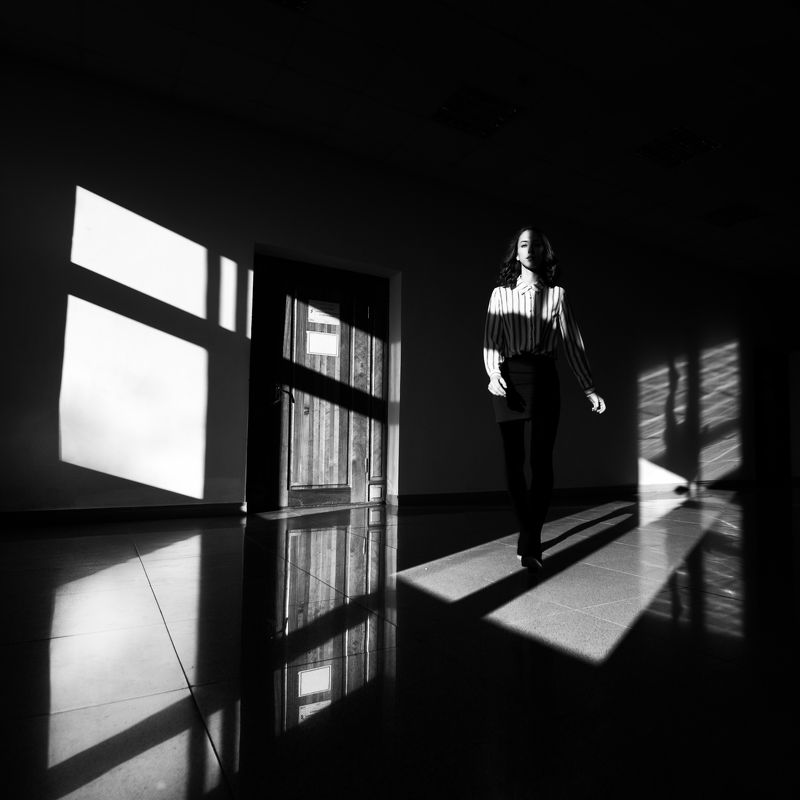 девушка, свет, геометрия Девушка в коридоре Тихоокеанского Государственного Университетаphoto preview