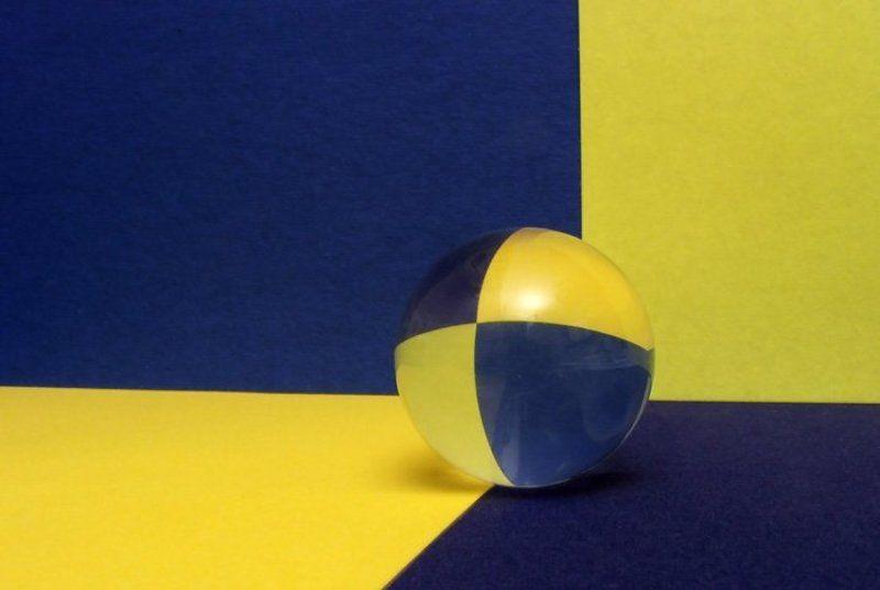 Преломления в стеклянном шарикеphoto preview