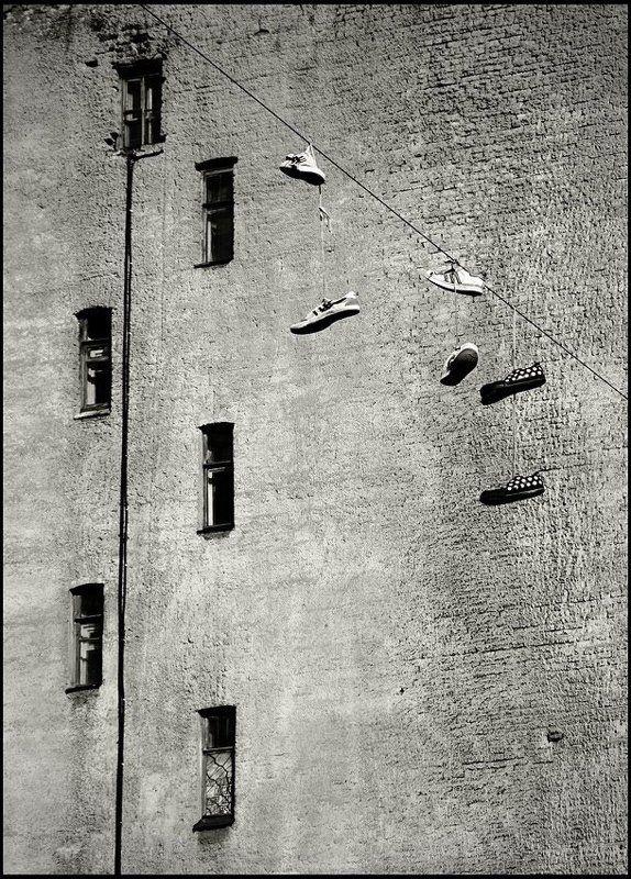 кеды, провод, стена, окна, и, т.д., и, т.л. следыphoto preview
