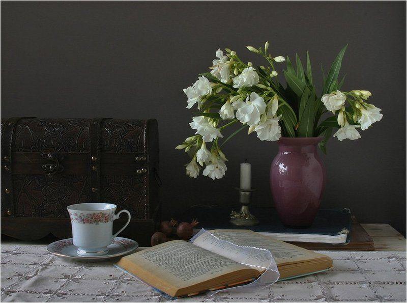 цветы олеандра,шкатулка,ваза,свеча ТАЙНА БЕЛОГО ОЛЕАНДРАphoto preview