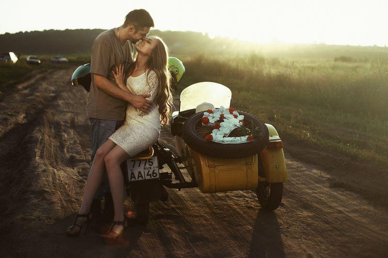 мотоцикл советский , контровой свет, на природе,  Love Story, пара, солнце, против света, лес,   Love Storyphoto preview