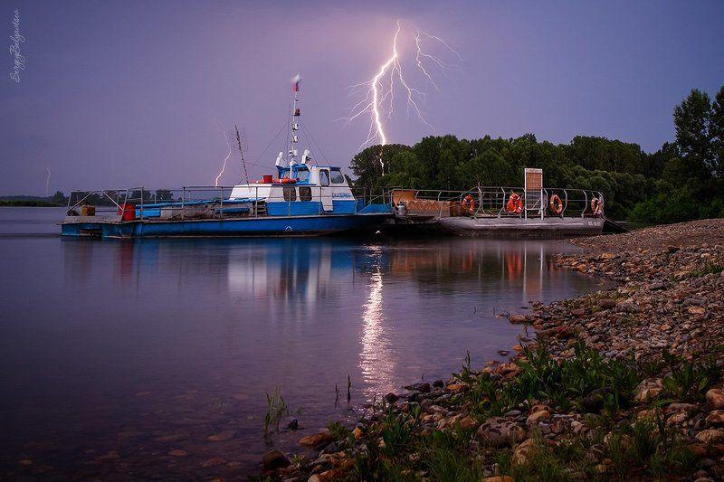 река, томь, вода, берег, камни, галька, гроза, тучи, молния, ветер, дождь, погода, непогода, лес, тайга, буксир, катер, судно, паром, И о погоде...photo preview