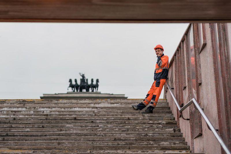 Москва, переход, гастарбайтеры,город, колесница, памятник Столица, вид снизуphoto preview