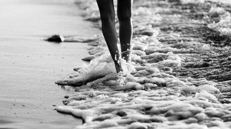 девушка, пляж, море, брызги, вода, ноги, ч/б Катяphoto preview