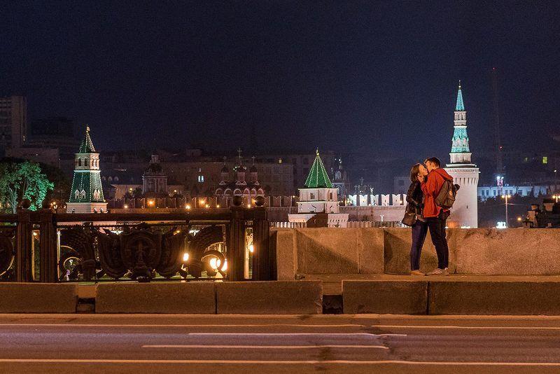 Москва, Moscow, ночь, поцелуй, Кремль, шоссе, мост, пара, молодежь На мостуphoto preview
