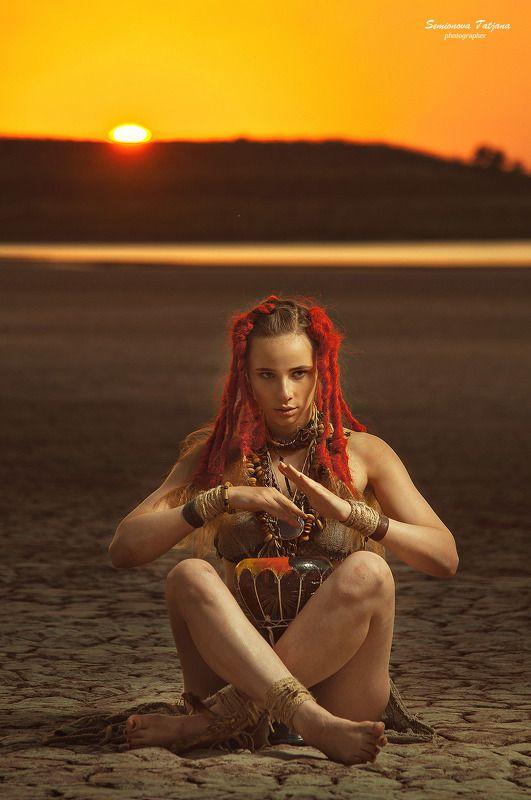 африка, солнце, пустыня, красные волосы, племя, барабан, девушка  Африкаphoto preview