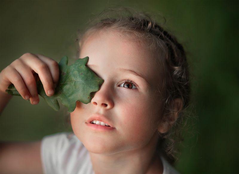 закат ребенок девочка малышка солнце лучи лист забава игра Дашенькаphoto preview