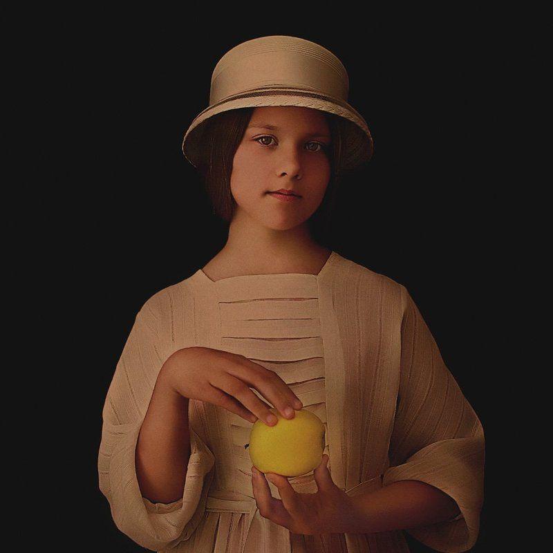 портрет с яблоком.photo preview