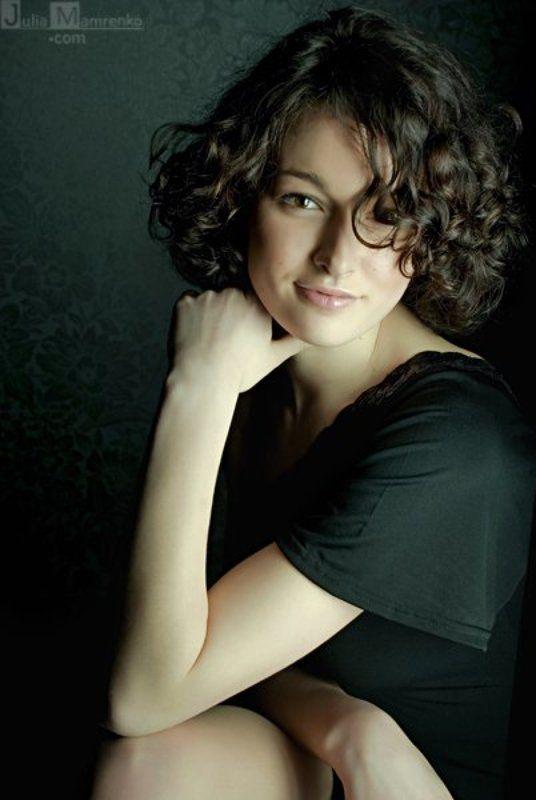 девушка,кудри,студия,зелёный,портрет,глаза Curly Greenphoto preview