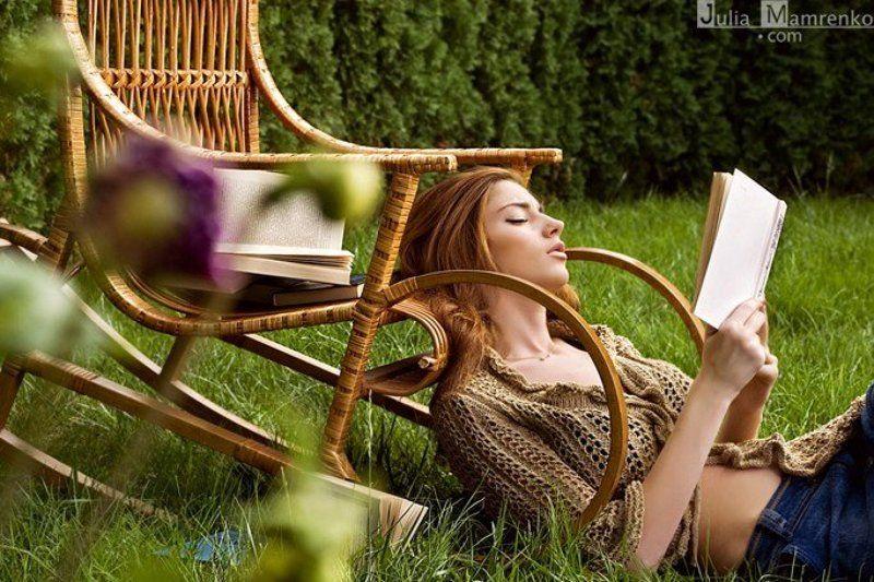 двор, улица,девушка,книга,кресло,природа,трава Last warm windphoto preview