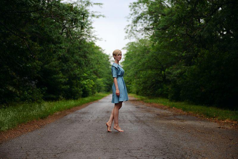 Девушка, дорога, дождь, асфальт, деревья В дождьphoto preview