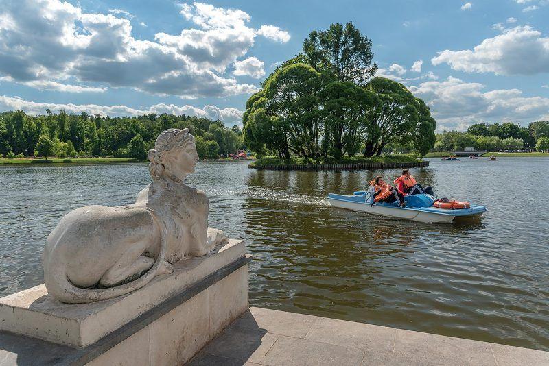 Парк, Царицыно, Москва, пруд, дерево, катамаран, двое, памятник, сфинкс Береговая охранаphoto preview