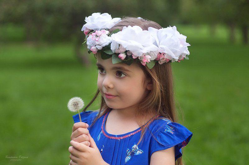 одуванчик, цветы, парк, ребенок, девочка, венок, синее платье Марьяна и одуванчикphoto preview