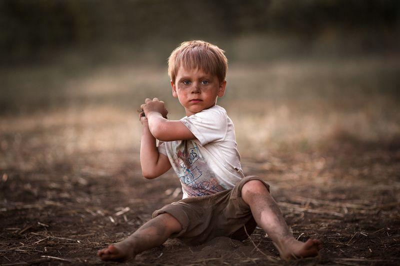 ребенок мальчик поле пыль вечер игра удовольствие забавы 85мм эмоции взгляд портрет Мауглиphoto preview