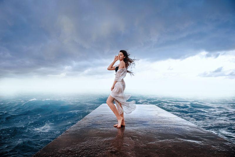 Девушка, море, вода, ветер, облака, волны, летящие волосы Слушать ветерphoto preview