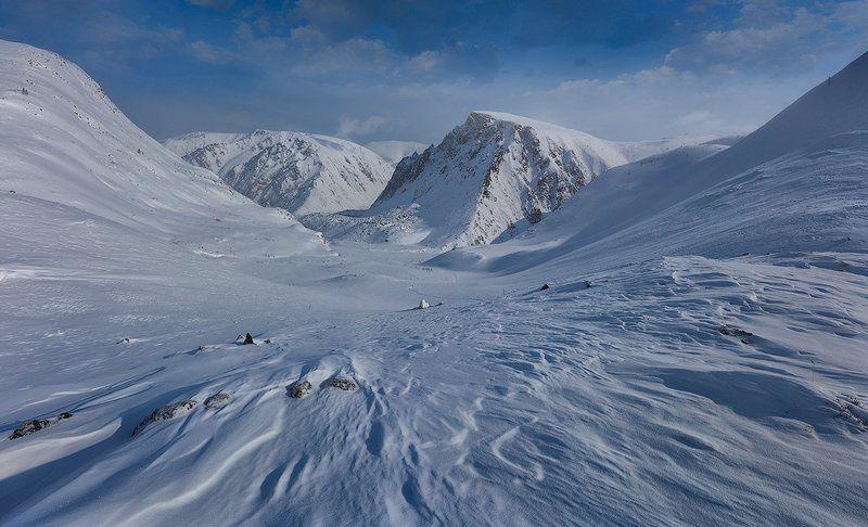 гора, солнце, снег, холод, мороз, камни, облака, небо, синий, ветер. Шрамы ветровphoto preview