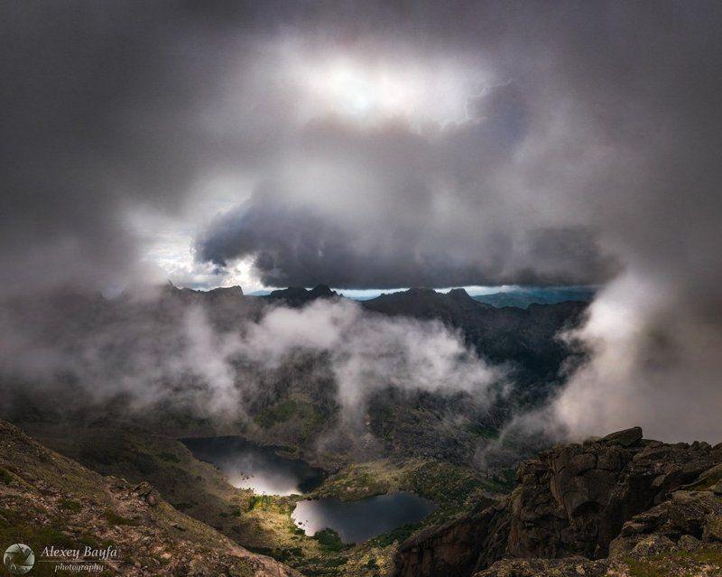 природа, облака, горы, озеро, солнце, пейзаж, тучи, ергаки, Нависая над горамиphoto preview
