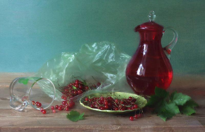 красная смородина,  стеклянный графин, стеклянная кружка, листья Красная смородинаphoto preview