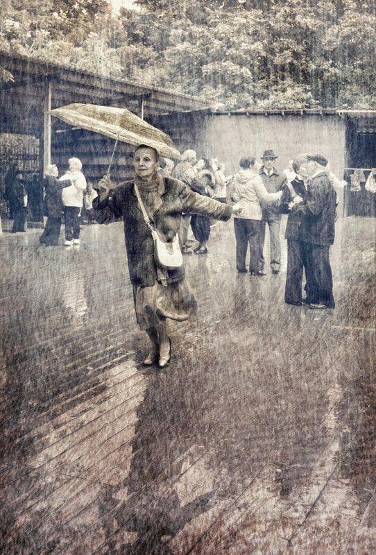 Танцующая под дождемphoto preview