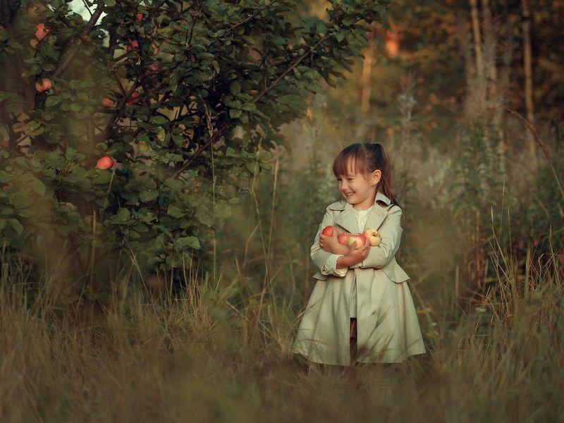 детская фотография, ребенок, девочка с яблоками Яблочко от яблонькиphoto preview