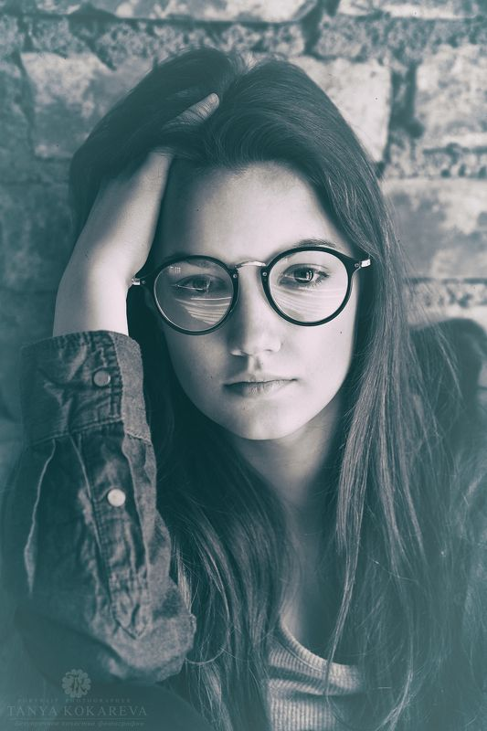 девушка,портрет,чёрно-белое,стена,ретро взглядphoto preview