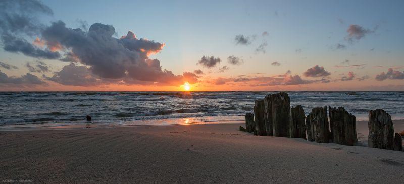балтийское море, пейзаж, закат Ветер гонит облака, волны обнимают солнцеphoto preview