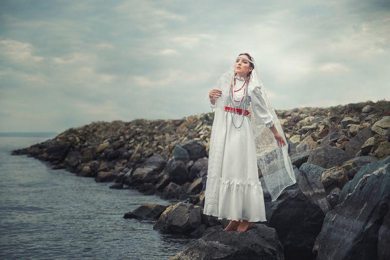 девушка, белое платье, свадьба, русское платье, камни, море, река, невеста, зима, рябина, ленты, красный, белый Он драконphoto preview