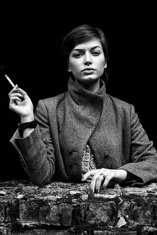 люди, девушка, окно, проем, портрет, сигарета, улица, молодая, взгляд, глаза, поза, текстура, осень, пальто, дым, фотокузница, ivankovale, чб, черно-белое photo preview