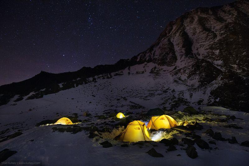 montblanc, mount, apls, mountainn, basecamp, camp, tents, camping, гора, горы, монблан, альпы, франция, палатки, лагерь, ночь Mont Blancphoto preview