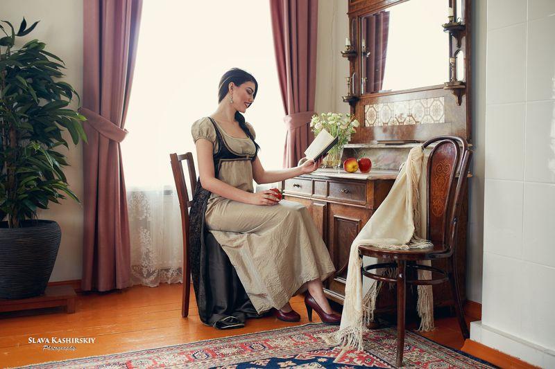 усадьба, старина, антиквариат, мебель, книга, яблоко, девушка, шатенка Ольга читает в усадьбе.photo preview