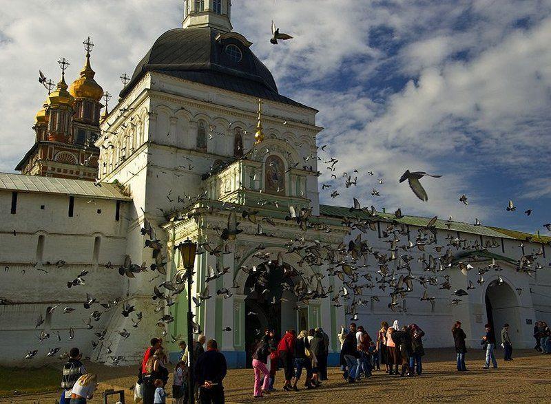 святые ворота троице-сергиева лавра голуби Голуби люди и Святые ворота Троице-Сергиевой лаврыphoto preview