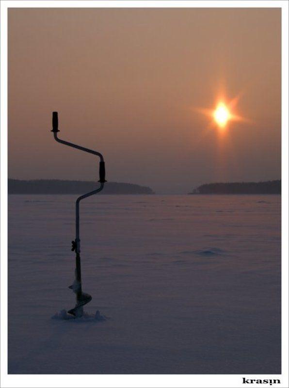 ледобур, зимняя рыбалка Классика жанра.photo preview