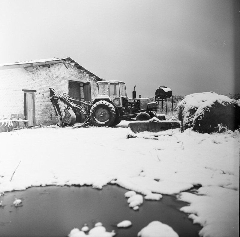 трактор, деревня, снег, коровник Тракторphoto preview