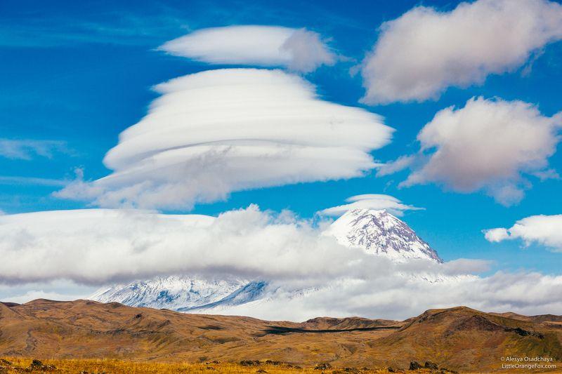 камчатка, вулканы, облака, лентикулярные облака, ключевская сопка, пейзаж, осень, россия Игра в пряткиphoto preview