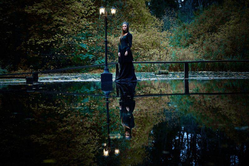 Девушка, осень, фонарь, пруд, готика Фонарьphoto preview
