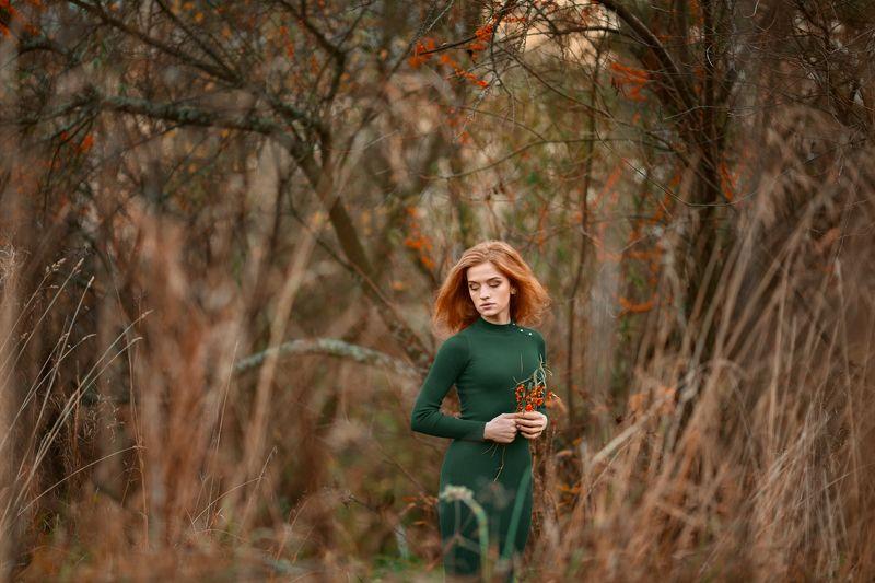 девушка, потрет, облепиха, рыжие волосы, осень, красота, настроение, зеленый и оранжевый, лес Лесная облепихаphoto preview