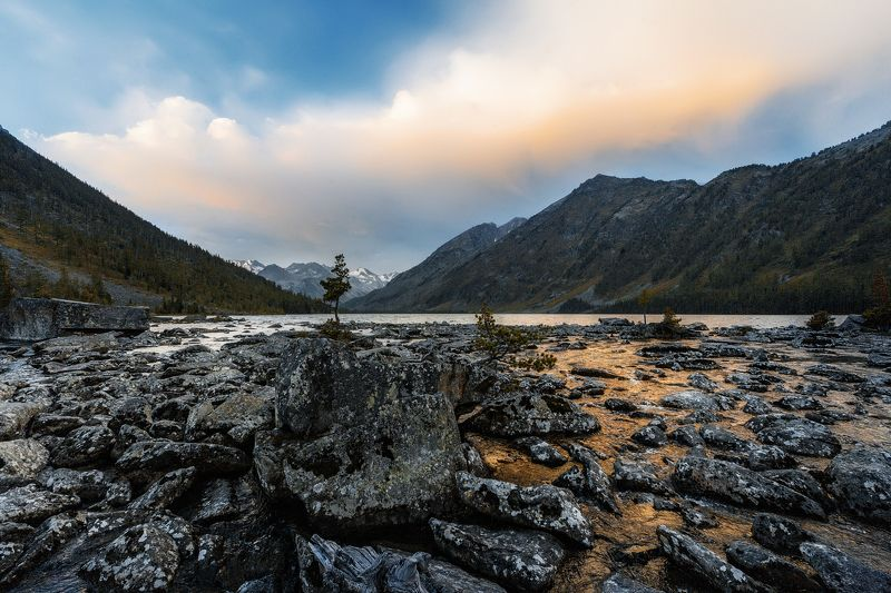 вечер, горы, озеро, камни, валуны, облака, пейзаж Вечер у горного озера.photo preview
