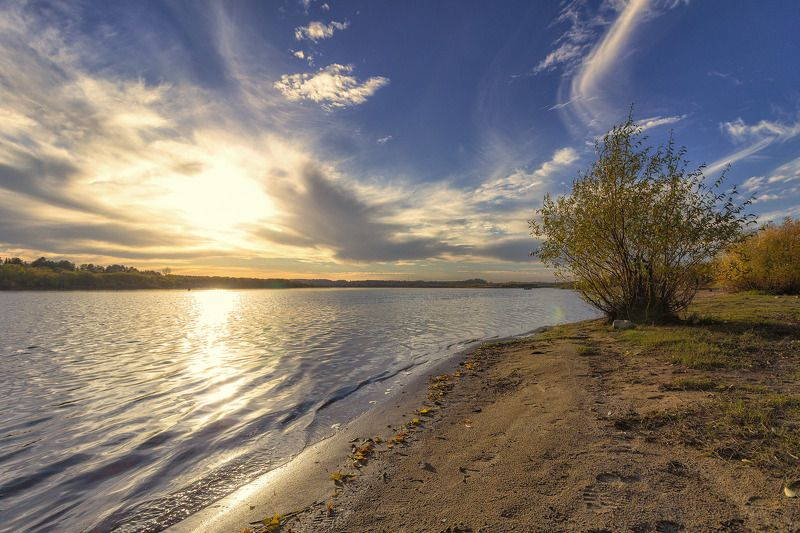 закат, осень, река, небо, облака, отражение, солнце Осень повесила листья сушитьсяphoto preview
