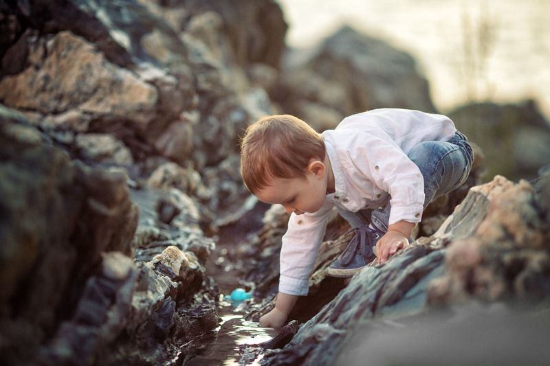 мальчик, ручей, горы, игра, детский фотограф, эмоции, boy, face, kids, дети Intriguing gamephoto preview