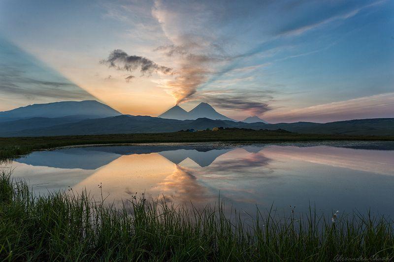 камчатка, вулкан, извержение, облака, природа, отражение Утро рядом с вулканамиphoto preview