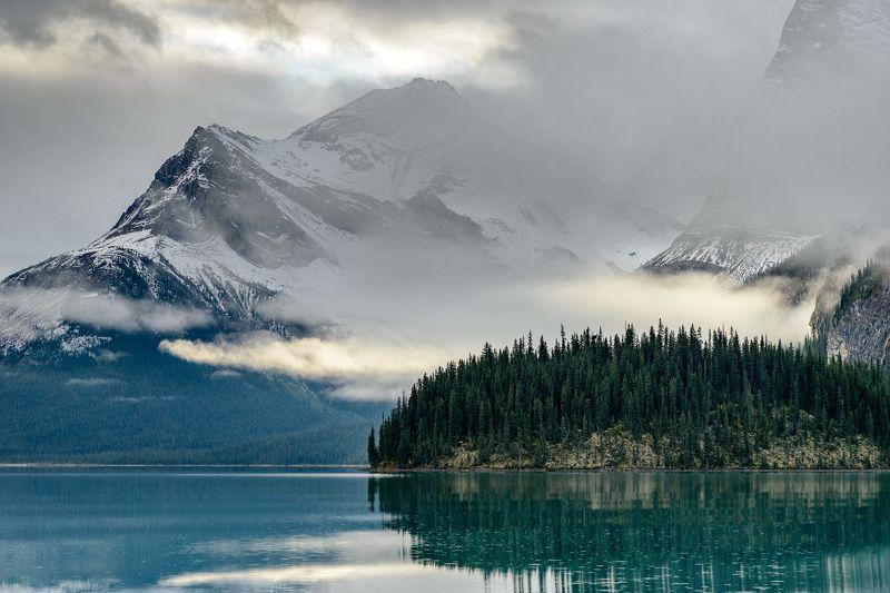 Канада, Скалистые горы, Джаспер, озеро Утро в горахphoto preview