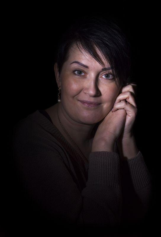 Женский портрет в низком ключе ...photo preview
