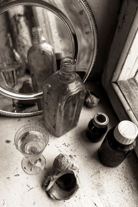 натюрморт, стекло, подоконник, окно, осень, монохром Смеркалось у осеннего окнаphoto preview