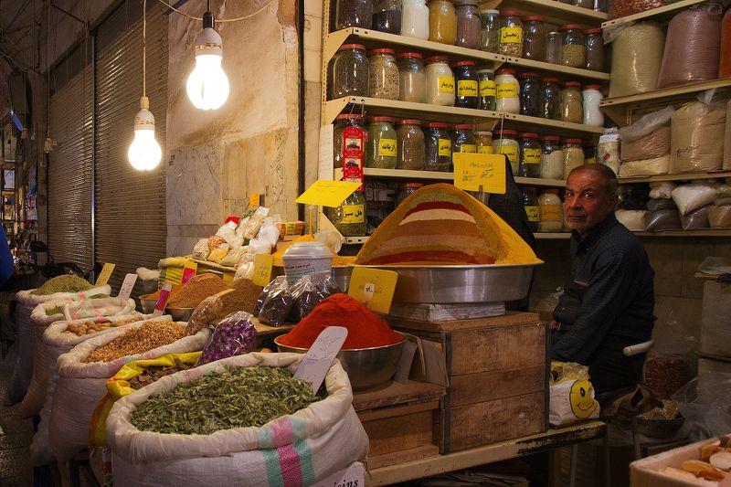 Самый большой и древний иранский базар находится в городе Исфахан. Здесь можно прогуливаться часами, наслаждаясь пряными ароматоми специй и разглядывая многочисленные изделия из керамики, меди, бронзы, серебра, выполненными вручную иранскими мастерами и х Торговец специямиphoto preview