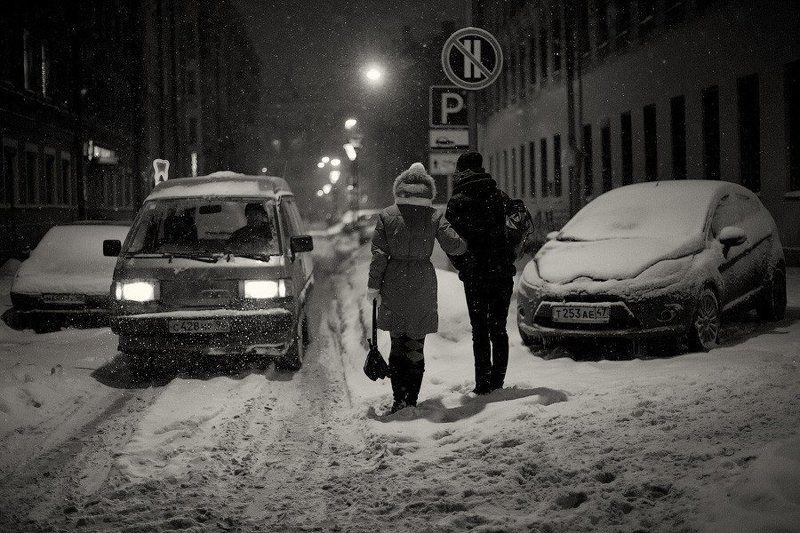 город, россия, санкт-петербург, улица, ночь, дом, здание, дорога, автомобиль, свет, снег, снегопад, метель, водитель, прохожий, девушка, ситуация, пропускает, dyadyavasya Когда остаётся одна дорогаphoto preview