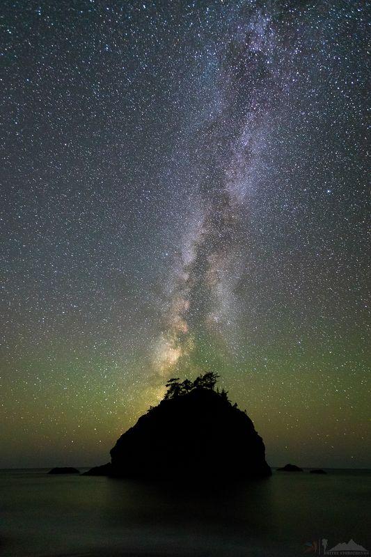 ночь, небо, звезды, океан, млечный путь, скала, галактика, ночное фото, красота, красиво Прекрасная звездная ночьphoto preview