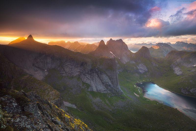 Норвегия, горы, скалы, холмы, луг, вода, залив, деревня, солнце, снег, закат, гряда, вершина, пик, обрыв, путешествия, ветер, облака, cloudy, sky, sunset, sunrise, explore, outdoor, travel, trekking, Norway, lake, peak, mountains, range, lines, light, clo Земля драконовphoto preview