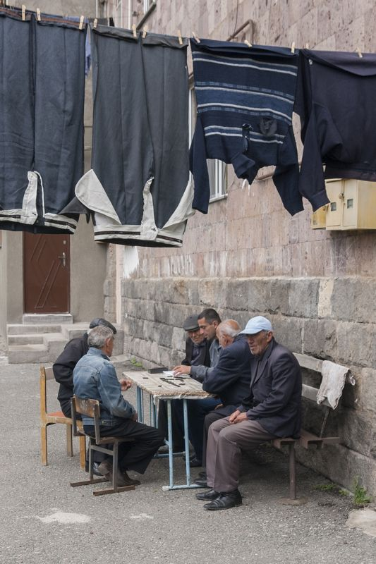 двор, люди, улица, город, игра, досуг, армения, горис Занавесphoto preview
